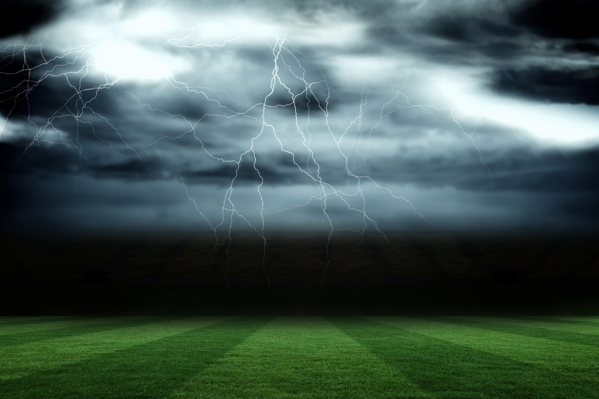 Door bliksem getroffen Russische tiener staat weer op voetbalveld